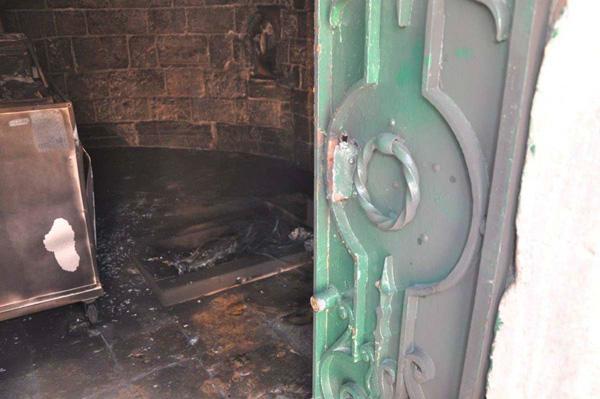 Sur la pierre vénérée, les restes d'un pneu brûlé ©Pompiers