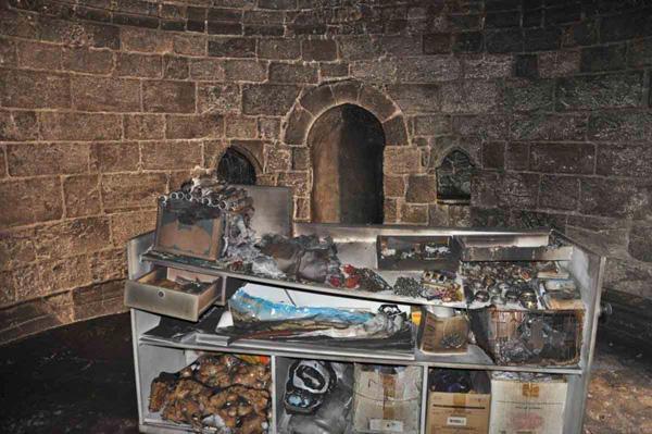 L'armoire à souvenirs religieux entreposée dans la chapelle