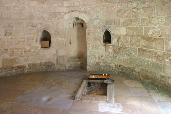 La pierre vénérée au coeur de la chapelle de l'Ascension