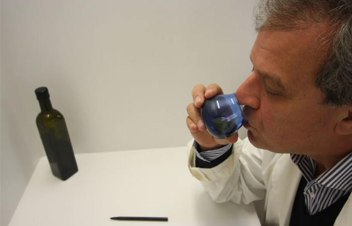 Le professeur Angelo Cichelli de l'université de Chieti-Pescara, en train d'évaluer la qualité de l'huile des oliviers de Gethsémani.