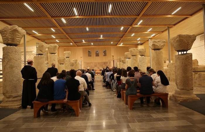 Un public attentif au Mémorial de Moïse, à quelques pas de la tombe de Fr. Michele.
