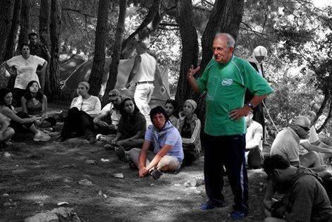 Le père Frans avec un groupe de jeunes