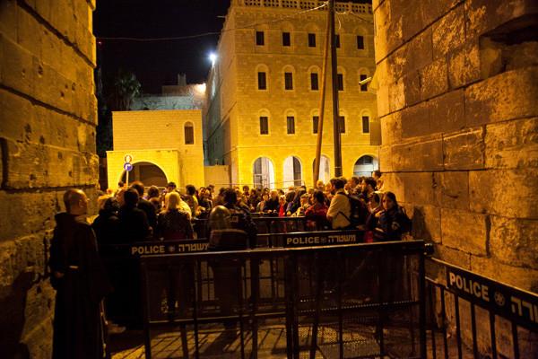 5 heures du matin, les accès à la Vieille ville de Jérusalem sont clos de barrières vissées au sol depuis la veille, et garder par des soldats israéliens © MAB/CTS [photo 1/3]