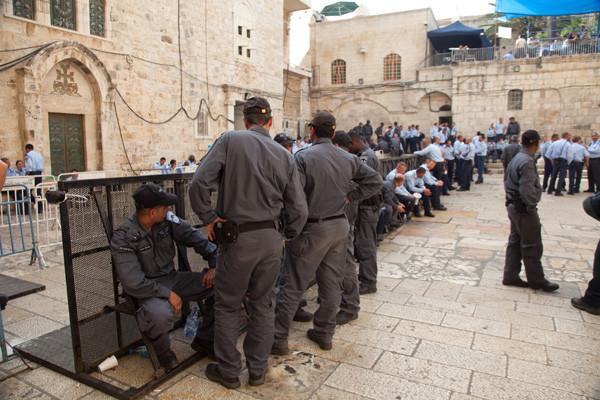 Un dispositif militaire et policier surdimensionné prend la main sur le Saint Sépulcre et ses abords ©M. Mezzera/ATS