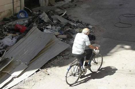 Le jésuite hollandais se déplaçait simplement, à bicyclette.