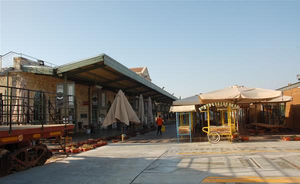 La stazione si risveglia. Le bancarelle e i negozi sulla vecchia sede dei binari sonnecchiano ancora.