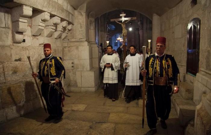 Vendredi saint à Jérusalem : des kawas en uniforme ouvrent la procession pour les funérailles de Jésus ©Marie-Armelle Beaulieu/CTS