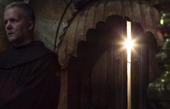 Pâques à Jérusalem, la porte de l'Edicule du Saint-Sépulcre entrouverte et présidée par un franciscain de la Custodie de Terre Sainte. ©Marie-Armelle Beaulieu/CTS