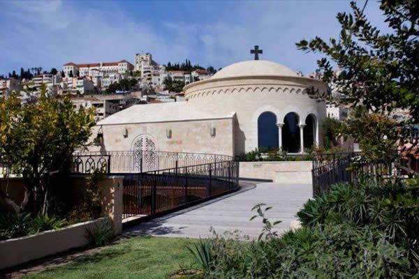 Le dôme de la chapelle moderne construite sur la plus haute terrasse du Centre.