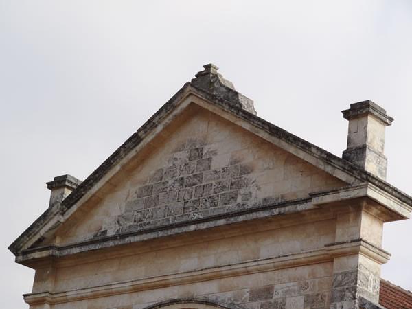 Un particolare della facciata della chiesa senza la croce che la sormontava.