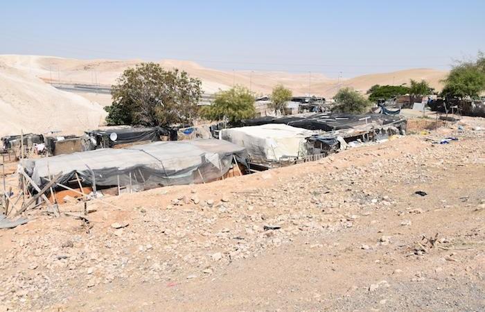 Quelques baraques du village bédouin de Khan al Ahmar. © G. Caffulli