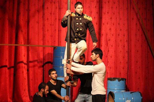 Le thème est celui de l'oppression dans les relations humaines. L'acteur avec les épaulette représente l'autorité et ses abus.