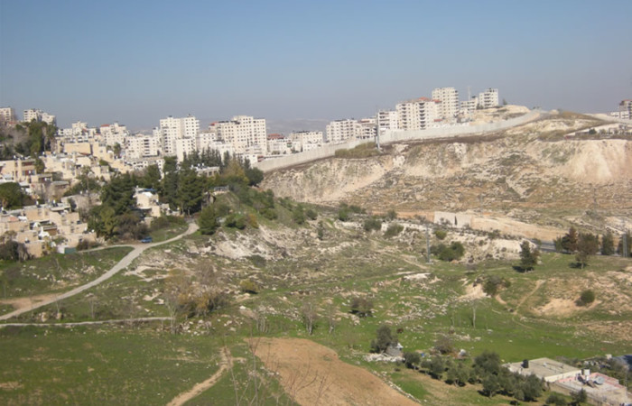 Per creare il parco vengono espropriati terreni agricoli di proprietà palestinese.