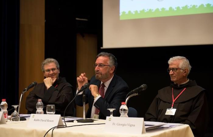 Le rabbin David Rosen. A gauche, Fr. Francesco Patton, à droite, Fr. Giorgio Vigna
