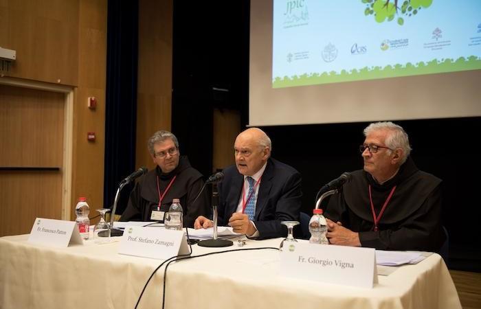 L'économiste Stefano Zamagni prend la parole.