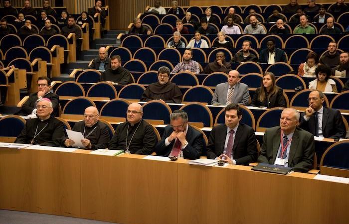 Un public composé decclésiastiques et détudiants.