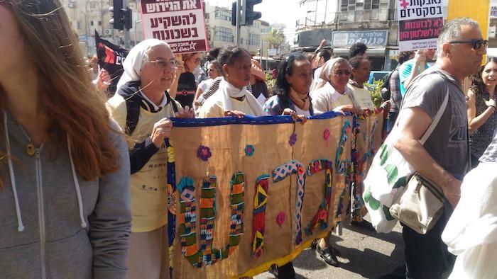 Parmi les manifestants, également des religieuses comboniennes investies aux côtés des migrants africains.