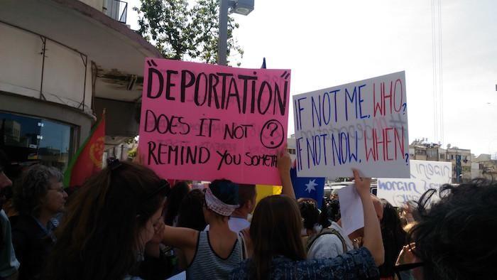 """""""Non à la déportation des réfugiés"""", scandent les manifestants."""