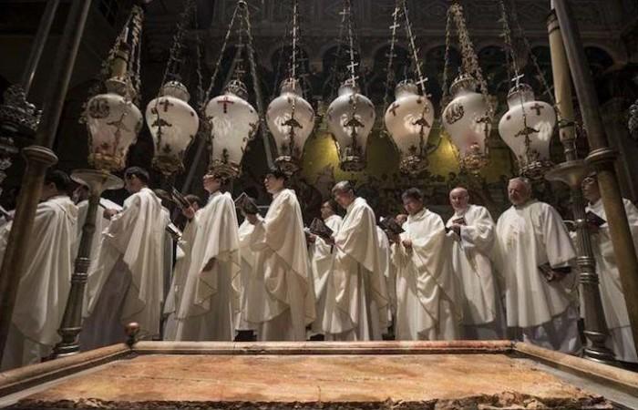 Célébration de Pâques dans la Basilique du Saint-Sépulcre, selon le rite latin. Au premier plan la Pierre de l'onction ©Nadim Asfour/CTS