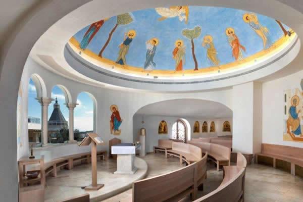 L'intérieur lumineux est ouvert aux groupes de pèlerins...