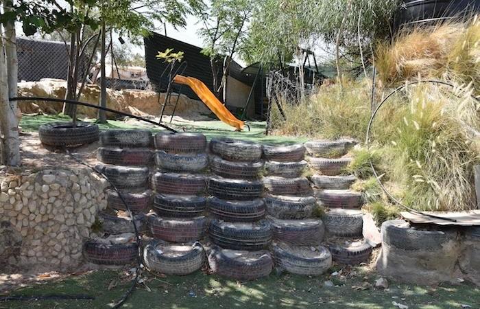 Accès à laire de jeux de l'école des pneus de Khan al Ahmar. © G. Caffulli