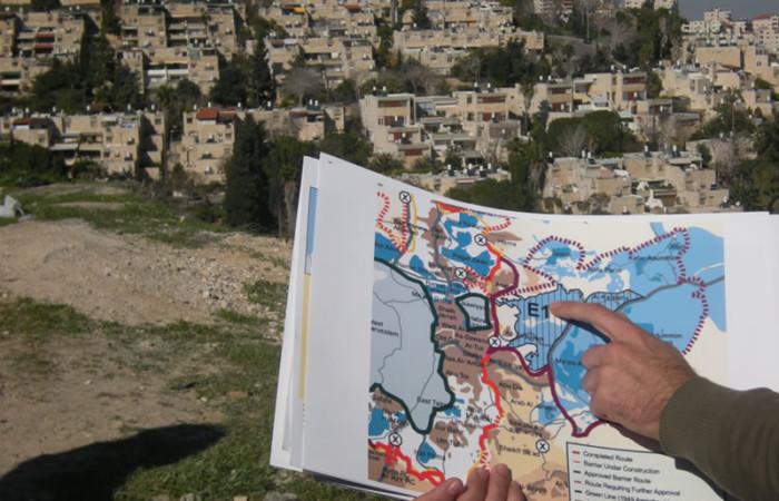Una mappa dell'area orientale di Gerusalemme. In azzurro gli insediamenti ebraici che si frappongono tra la città e la Cisgiordania.