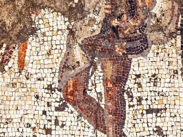 Les personnages portent la toge, signe de leur appartenance à la classe supérieure. © Assaf Peretz/Israel Antiquities Authority