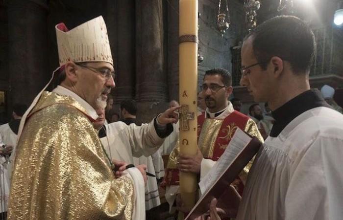 Monseigneur Pierbattista Pizzaballa, administrateur apostolique du Patriarcat latin de Jérusalem, avec la bougie de Pâques pendant la veillée du samedi saint. ©Nadim Asfour/CTS