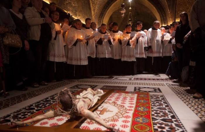 Les Frères Mineurs conduisent la célébration qui commémore la déposition et l'enterrement du Christ ©Marie-Armelle Beaulieu/CTS