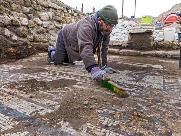 La mosaïque a été découverte sous des vestiges byzantins. © Assaf Peretz/Israel Antiquities Authority