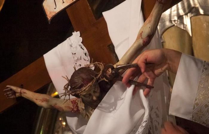 On enlève les clous du Crucifix ainsi que la couronne d'épines ©Marie-Armelle Beaulieu/CTS