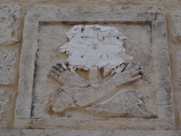 In questo fregio che riproduce lo stemma dell'ordine francescano, la croce è stata occultata.