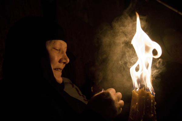 La flamme est conservée dans une lanterne pour pouvoir être rapportée chez soi