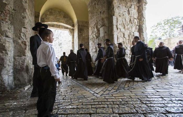 Les frères en procession le Jeudi Saint se dirigeant vers le Mont Sion pour rejoindre le Cénacle ©CTS