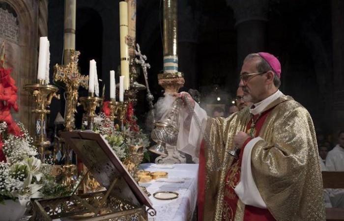 Mgr Pizzaballa encense la table eucharistique dressée devant l'édicule qui renferme le tombeau vide du Seigneur Jésus. ©Nadim Asfour/CTS