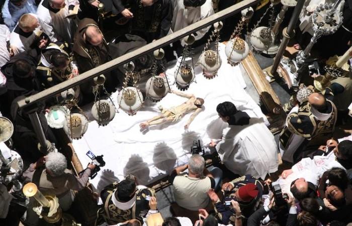 Le corps du Christ déposé, un moment fort de la célébration des funérailles de Jésus ©Marie-Armelle Beaulieu/CTS