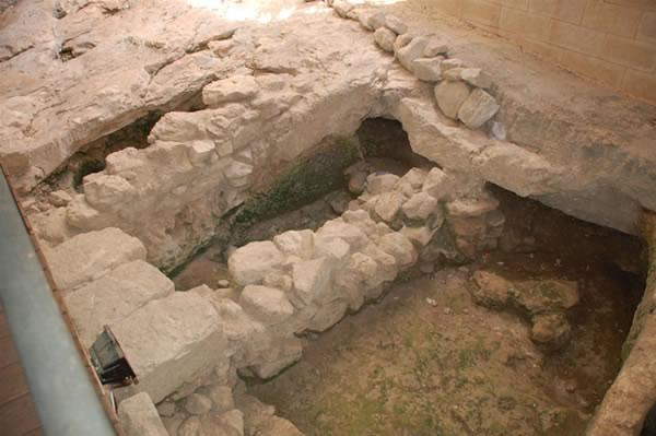 Restes des murs d'une maison juive du 1er siècle à l'entrée du Centre.