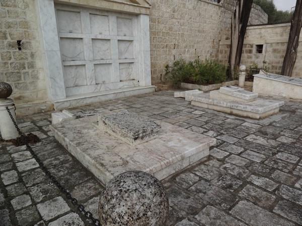 Croci abbattute anche sulle tombe.