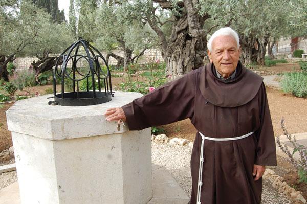 Frère Rafael Dorado dans le Jardin des Oliviers, Gethsémani