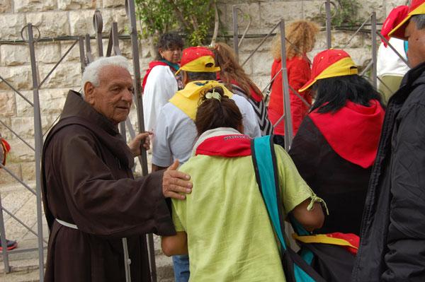 Frère Rafael attend un groupe d'Amérique Latine