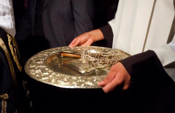 Les clous et la couronne d'épines recueillis sur un plateau d'argent ©Marie-Armelle Beaulieu/CTS