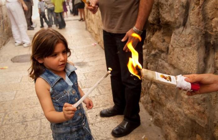 Grands et petits participent à lambiance festive et à la dévotion qui entoure le rituel du Feu Sacré. ©M.-A. Beaulieu/CTS