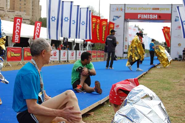 Les coureurs du marathon reçoivent une couverture de survie sur la ligne d'arrivée