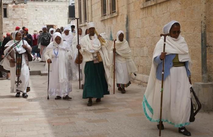 Fidèles éthiopiens en pèlerinage dans les rues de la Vieille Ville de Jérusalem à l'occasion des vacances de Pâques. ©Marie-Armelle Beaulieu/CTS