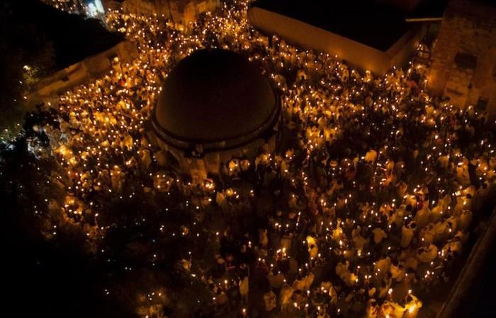 C'est aussi la fête des lumières pour les fidèles éthiopiens réunis sur le toit de la basilique du Saint-Sépulcre c Miriam Mezzera