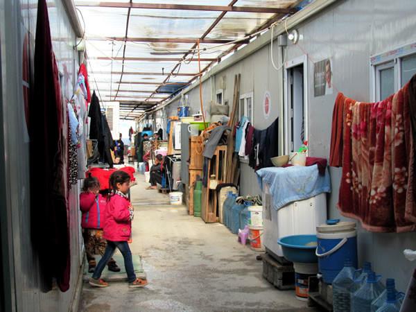 Une des ruelles, entre les conteneurs, du camp de réfugiés d'Ashti, en Irak. (Galerie photographique de C. Cruciati)[1/4]