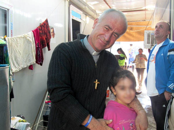 Père Jalal Yako avec une des petites hôtes de Ashti.