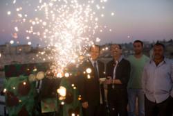 De père en fils, une famille musulmane annonce la rupture du jeûne en tirant au canon