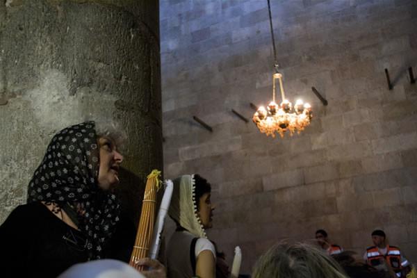 Fidèles orthodoxes en prière dans la basilique du Saint Sépulcre lors du rite du Saint feu. (Album M. Mezzera)