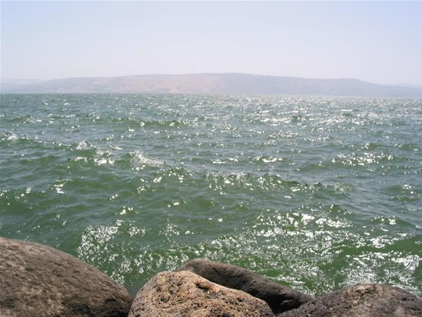 Un monument énorme découvert dans les eaux du lac de Tibériade
